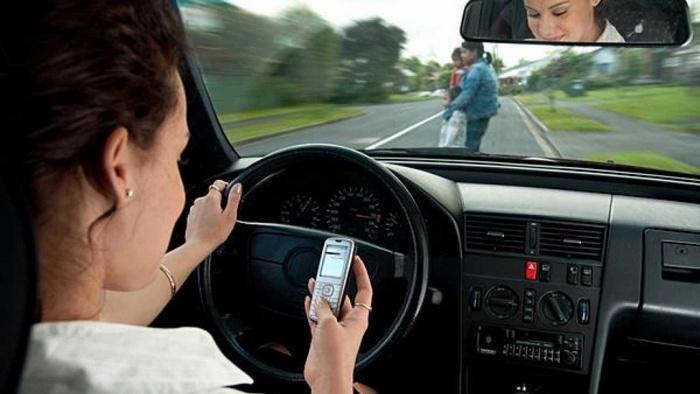 razgovor-po-telefonu-za-rulem-soprovozhdaetsya-teper-vysokim-shtrafom-02