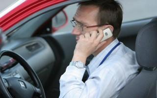 Разговор по телефону за рулем сопровождается теперь высоким штрафом