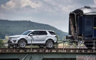 Как компактный SUV Land Rover тащил целый состав