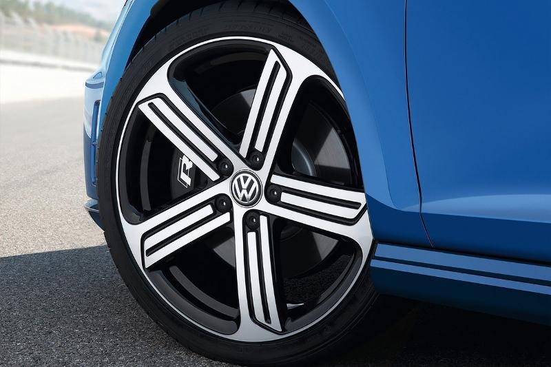 2015-Volkswagen-Golf-R-Photo-03